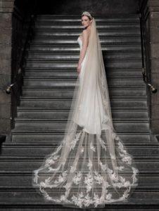 Model mit weißem Brautkleid und langem Brautschleier